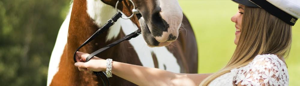 Fina flickor och snälla hästar.